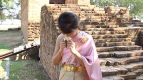Tajlandzka kobieta w tajlandzkiej tradycyjnej sukni w archeologicznym miejscu zdjęcie wideo