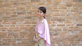 Tajlandzka kobieta w tajlandzkiej tradycyjnej sukni w archeologicznym miejscu zbiory wideo