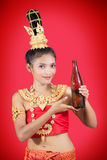 Tajlandzka kobieta z butelką napój Zdjęcie Stock