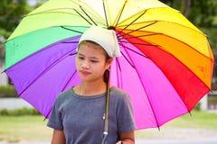 Tajlandzka kobieta z kolorowym parasolem Zdjęcia Royalty Free