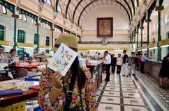 Tajlandzka kobiety podróż, portret przy Ho Chi Minh Środkową poczta offic i Obrazy Stock