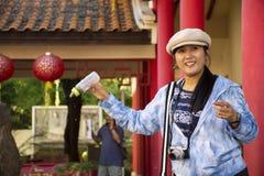 Tajlandzka kobiety wizyta i ?ywieniowy jedzenie galanteryjny karp w stawie chi?czyk uprawiamy ogr?dek przy chi?czyka Kulturalnym  zdjęcia royalty free