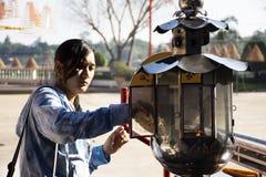 Tajlandzka kobiety wizyta ono modli si? przy San Chao Pu Ya chi?sk? ?wi?tyni? lub wielki - dziadu i babci antenata ?wi?tynia w Ud obraz royalty free