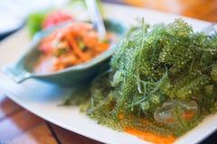 Tajlandzka korzenna melonowiec sałatka z gałęzatka kawiorem lub morza winogronem Zdjęcie Stock
