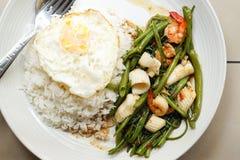 Tajlandzka kuchnia: Ranek chwały korzenny owoce morza Zdjęcia Stock