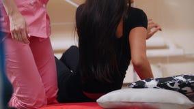 Tajlandzka masaż sesja Młodej kobiety lying on the beach na dostawaniu i macie ręki masowanie zdjęcie wideo
