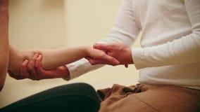 Tajlandzka masaż sesja - napinający ręki, opieki zdrowotnej pojęcie, zakończenie up zbiory wideo