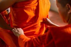 Tajlandzka michaelita pomoc być ubranym pomarańczowego michaelita płótno buddyjski Obraz Stock