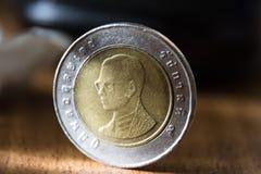 Tajlandzka moneta w górę widoku na drewnianej ziemi, dziesięć kąpać się, dostrzega, ostrość obrazy royalty free