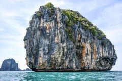 Tajlandzka osamotniona wyspa na Andaman morzu Wapień skały na se Zdjęcie Royalty Free