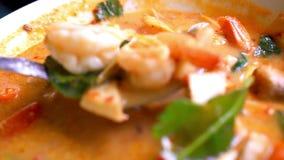 Tajlandzka polewka, garnela I Mieszany warzywo w pomarańcze, zbiory