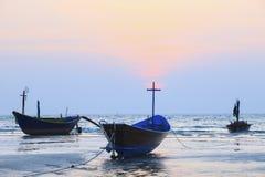Tajlandzka rybołówstwo łódź na morze plaży przeciw pięknemu ciemniusieńkiemu nieba use f Fotografia Royalty Free