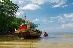 Tajlandzka stara połów mała łódka przy niskim przypływem w płyciznach kwiatów domy jeziorny Phuket Thailand Zdjęcie Royalty Free
