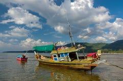 Tajlandzka stara połów mała łódka przy niskim przypływem w płyciznach kwiatów domy jeziorny Phuket Thailand Zdjęcia Royalty Free