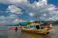 Tajlandzka stara połów mała łódka przy niskim przypływem w płyciznach kwiatów domy jeziorny Phuket Thailand Obraz Stock