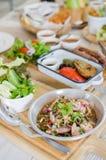 Tajlandzka stylowa gorąca i korzenna łososiowa sałatka obraz royalty free
