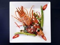 Tajlandzka stylowa niecka smażył czerwonego curry'ego z homarem na bielu talerzu, isol obraz stock