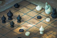 Tajlandzka Szachowa postać na Drewnianej szachownicie, taktykach i strategii pojęciu, zdjęcie royalty free