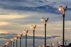 Tajlandzka tradycyjna piękna złota łabędzia lampa na ulicie przy twiligh fotografia stock