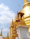 Tajlandzka złota pagodowa Buddyjska świątynia w Bangkok Zdjęcia Stock