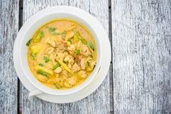 Tajlandzki żółty curry na drewnianym stole zdjęcie royalty free