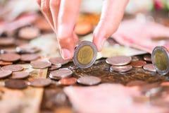 Tajlandzki baht, pieniądze, Tajlandzka moneta Pieniądze tajlandzkich monet kąpielowy schody sortujący Królewiątko Tajlandia Pojęc Zdjęcia Royalty Free