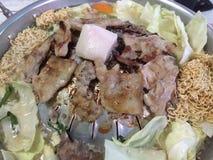 Tajlandzki BBQ bufet z wieprzowiną, warzywem, natychmiastowymi kluskami, jajkiem i polewką, obrazy stock