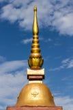 Tajlandzki chedi nad niebieskim niebem Zdjęcie Royalty Free