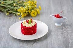 Tajlandzki czerwień tort Aksamitny czerwień tort Ciastka dekorujący z czerwienią zasychają na drewnianym stole i kwiacie truskawk zdjęcia stock