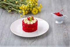 Tajlandzki czerwie? tort Aksamitny czerwie? tort Ciastka dekoruj?cy z czerwieni? zasychaj? na drewnianym stole i kwiacie truskawk obrazy stock
