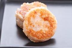 Tajlandzki deser - kokosowy macaroon na czarnym naczyniu Zdjęcia Stock
