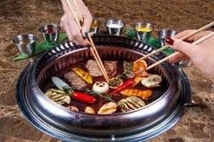 Tajlandzki grill na stole z różnorodnymi przekąskami obraz stock