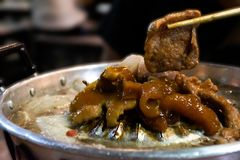 Tajlandzki grilla bufeta styl, ?winiowata niecka, grill wieprzowina na gor?cym niecka bufecie zdjęcie stock