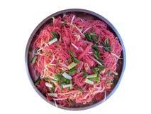 Tajlandzki jedzenie, fertanie Smażył Różowego kluski w dużej aluminiowej tacy na białym tle obrazy stock