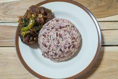 Tajlandzki jedzenie: Korzenny smażący sum słuzyć z ryżową jagodą Zdjęcia Royalty Free