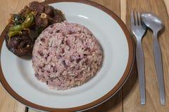 Tajlandzki jedzenie: Korzenny smażący sum słuzyć z ryżową jagodą Obrazy Stock