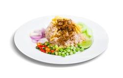 Tajlandzki jedzenie, Rice przyprawiał z krewetkową pastą w bielu talerzu Zdjęcie Stock