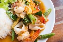 Tajlandzki jedzenie: smażący owoce morza z chili i ziele z ryż Obraz Stock