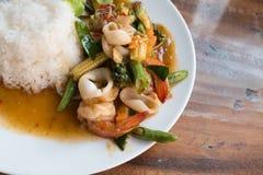 Tajlandzki jedzenie: smażący owoce morza z chili i ziele z ryż Fotografia Stock