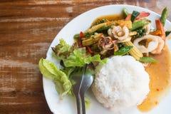 Tajlandzki jedzenie: smażący owoce morza z chili i ziele z ryż Obraz Royalty Free