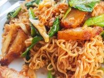 Tajlandzki jedzenie styl: Korzenny fertanie smażący natychmiastowy kluski &fried wieprzowiny curr Zdjęcia Stock