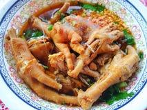 Tajlandzki jedzenie styl, Miękka ostrość kurczak gurdy kluski w pucharze zdjęcia royalty free