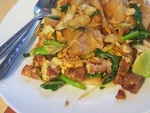 Tajlandzki jedzenie styl: Ochraniacz Widzii EiwStir smażącego Płaskiego Ryżowego kluski z W ten sposób Fotografia Stock