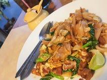 Tajlandzki jedzenie styl: Ochraniacz Widzii EiwStir smażącego Płaskiego Ryżowego kluski z W ten sposób Obrazy Stock