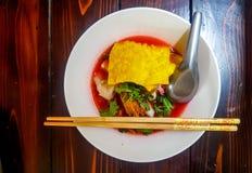 Tajlandzki kluski i klucha mieszaliśmy z różnorodnymi składnikami w czerwonym Yentafo lub polewce Zdjęcia Stock