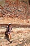 Tajlandzki kobieta portret przy ściana z cegieł tłem świątynia w Ayutthaya Tajlandia Zdjęcia Royalty Free