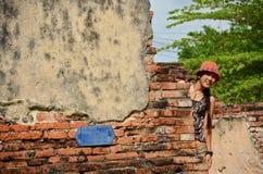 Tajlandzki kobieta portret przy Putthaisawan świątynią w Ayutthaya, Tajlandia obrazy royalty free