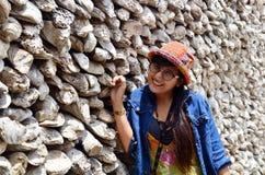 Tajlandzki kobieta portret z Ostrygowego Shell ścianą w Wacie Chedi Hoi Obraz Royalty Free