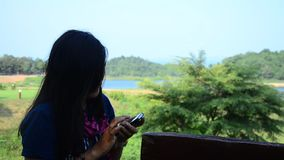 Tajlandzki kobieta portreta i use telefonu komórkowego selfie przy kaeng krachan tamą zdjęcie wideo