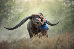 Tajlandzki kobieta rolnik z bizonem zdjęcia stock